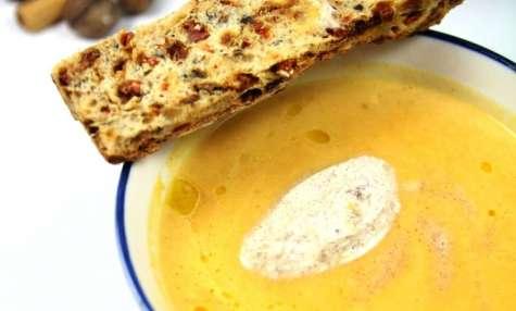 Soupe de courge, éclats de marrons, quenelle de crème à la canelle