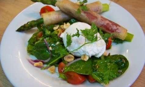 Asperges roulées, jambon et oeuf poché sur salade