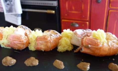 Langoustines rôties à la crème d'ail noir