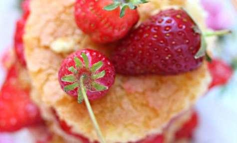 Layer cake aux fraises - biscuit suédois à la vanille