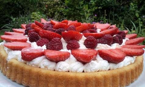 Gâteau aux fraises et framboises sur un lit de crème fouettée