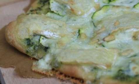 Pizza au fromage de brebis, courgettes, crème aux fanes de radis