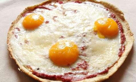 Piadina façon pizza à la poèle aux oeufs, tomates et au parmesan