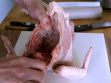 Découper une volaille à cru en 4 ou 8 morceaux - La découpe des cuisses - Etape 9