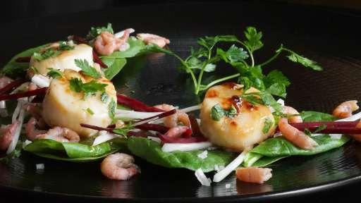 Salade de saint jacques, crevettes et radis noir