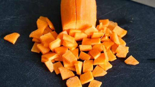 Tailler une carotte en paysanne