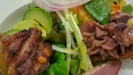 Salade tiède de poitrine de porc et canard