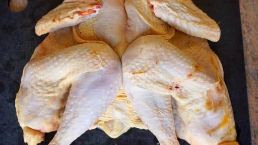 D couper une volaille cru poulet grill l 39 am ricaine recette par chef simon - Couper une video en deux ...