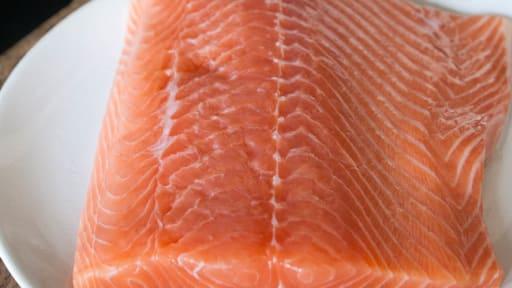 Désarêter un filet de saumon
