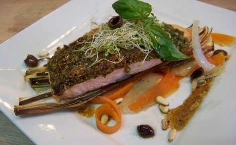 Saumon en croûte d'herbes et poêlée de légumes au Xérès, pignons grillés