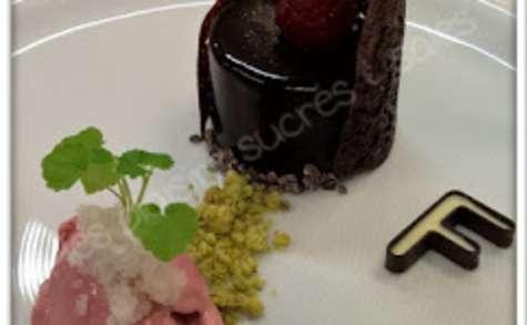 Entremets chocolat crumble pistache, glace framboise, granité à la rose