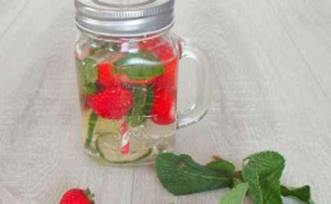 Eau au concombre, menthe et fraises, rafraîchissante