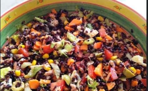 Salade de riz, au poulet, légumes, fromages et oeufs durs