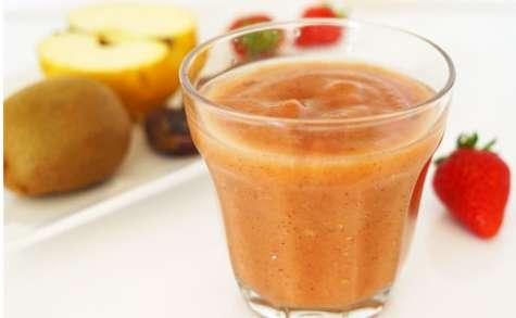 Smoothie datte, pomme, fraise, kiwi