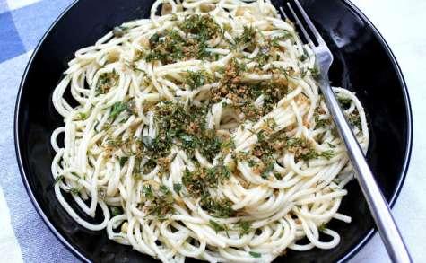 Spaghetti à la sauce crue aux olives vertes et aux fines herbes