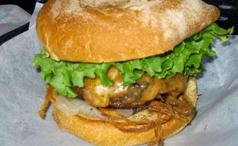 Hamburger de poulet épicé à l'indienne, aux cacahuètes et lait coco (Inde, Bengladesh)