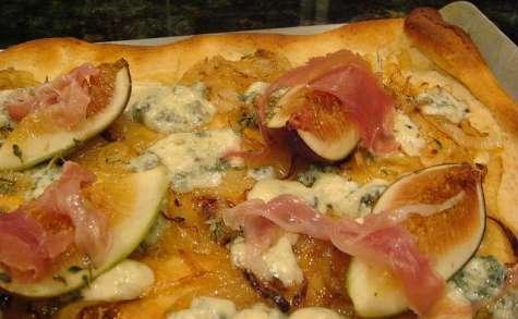 Pizza aux figues, gorgonzola, jambon cru, miel et thym