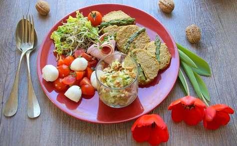 Repas minceur - Galette de sarrasin, tomates mozza, salade de courgette aux noix