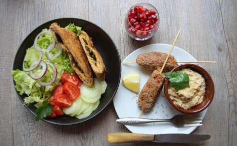Assiette orientale, gözlemes aux épinards, salade et houmous, grenade fraîche