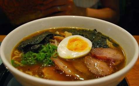 Soupe de ramen au porc et aux oeufs, sauce soja