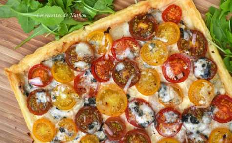 Tarte feuilletée aux tomates cerise, échalotes et Roquefort