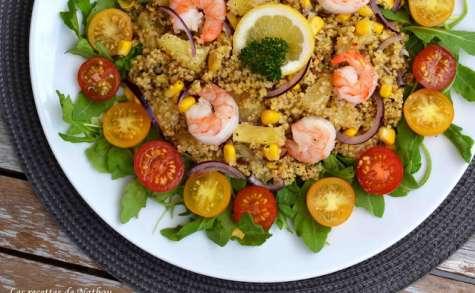 Salade de céréales aux aromates, ananas, maïs et gambas