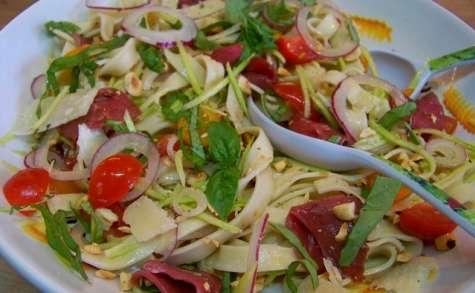 Salade de pâtes au magret fumé, courgettes et noisettes grillées