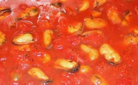 Moules à la tomate et à la feta