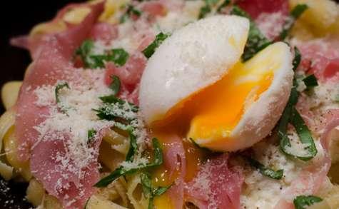 Pâtes à la ricotta, au jambon cru et au basilic