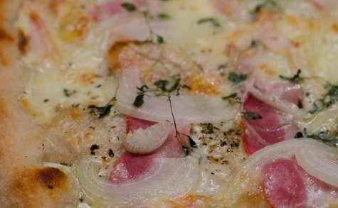 Pizza au Vacherin Mont d'Or et au bacon