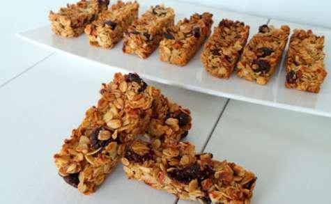 Barres de céréales aux flocons d'avoine, fruits rouges et amandes