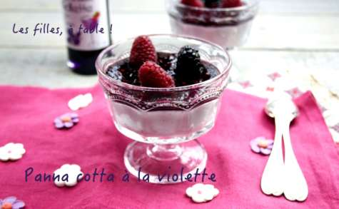 Panna cotta à la violette, coulis mûres framboises