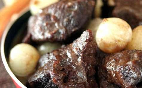 Joue de boeuf au vin rouge et ses oignons grelots