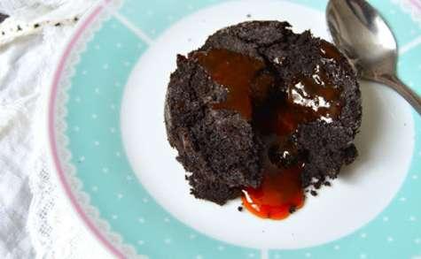 Coulant au chocolat noir et confiture d'églantier