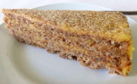 Gâteau de noix fourrée au miel et au crème d'oeufs