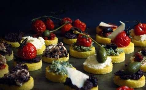 Canapés de polenta, ricotta et parmesan, tomates séchées et tomates confites, câpres et olives noires