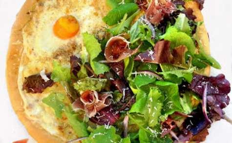 Pizza Blanche Parme, Œuf et Mesclun