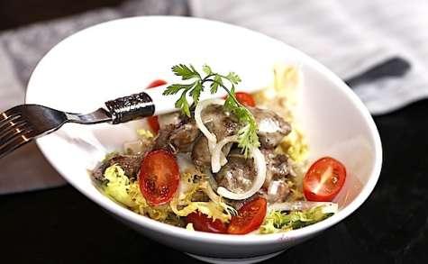 Salade tiède de pissenlit aux foies de volailles à la moutarde