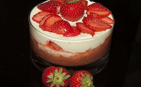 Douceur à la fraise sur lit de compotée fraise rhubarbe