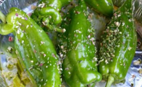 Poivrons verts doux marinés au citron et huile d'olive au BBQ