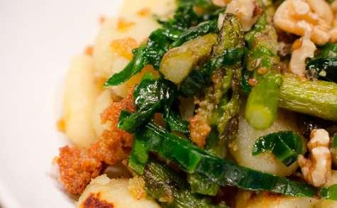 Gnocchi à l'ail des ours et aux asperges rôties au parmesan