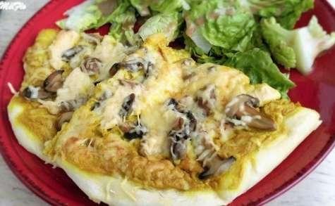 Pizza à la crème, poulet, champignons, curry
