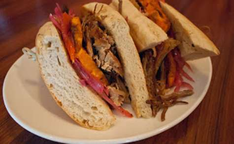 Sandwich chicharrón au porc grillé, patates douces