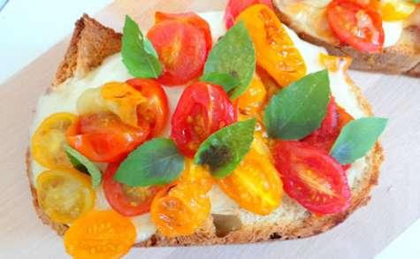 Bruschetta aux tomates cerises multicolores, mozzarella, miel et basilic