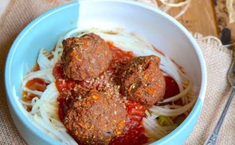 Boulettes végétales d'aubergine, sauce tomate et spaghetti crus de courgette