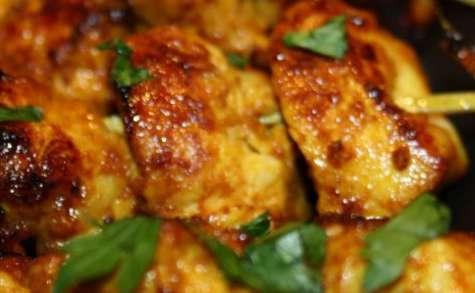 Poulet saté sauce cacahuètes en brochettes