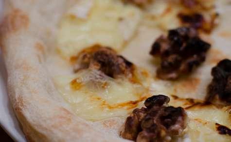 Pizza au camembert, au miel et aux noix