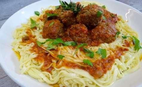 Tagliatelles aux boulettes et à la sauce tomate