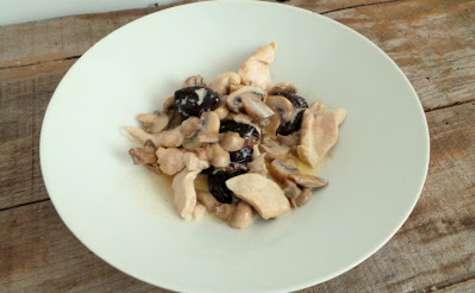 Escalopes de poulet aux champignons et aux pruneaux