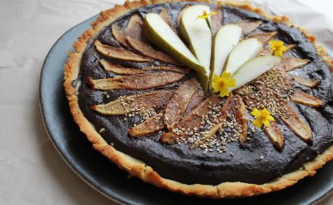 Tarte chocolat, sésame noir et poires